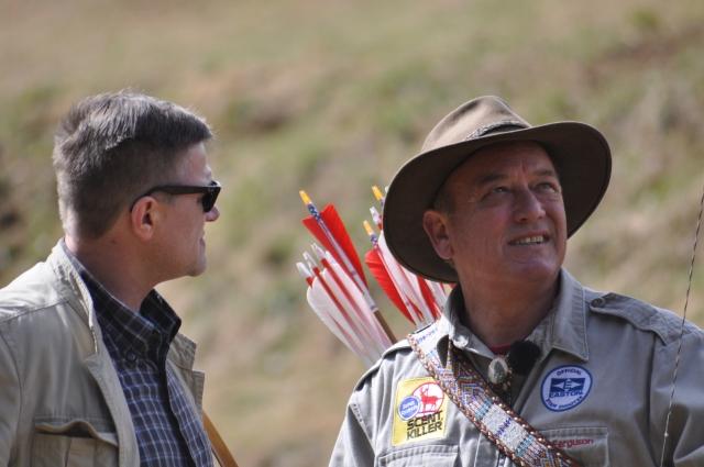 Byron Ferguson, Peter O. Stecher, chatting on longbows. Foto by Herwig Art.
