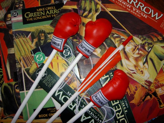 "Mike Grell's legendary ""Green Archer's"" boxing glove arrows reloaded!"