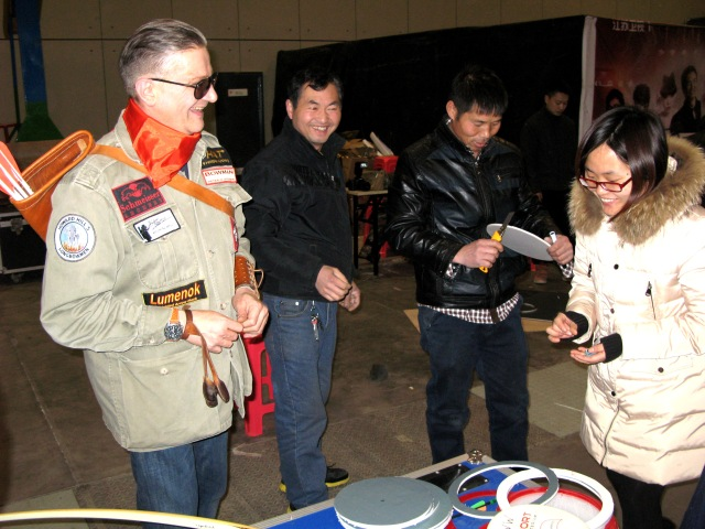 "弓人 Bowman Show, Nanjing, China, 2015, Olympic Games Winner 2008 Zhang Juanjuan, Austrian Bowman Peter O. Stecher used Tophat Archery, Burt Coyote ""Lumenok"", Schmeisser Archery and Howard Hill Archery equipment. Show star guests: Zhu Dan, Xiong Dailin, Cao Ge. Show Director: Zhu Zhao Wei, Outdoor Director: Gong An, Translator: Wang Sudong. Camera work: Heinz Hoffmann."