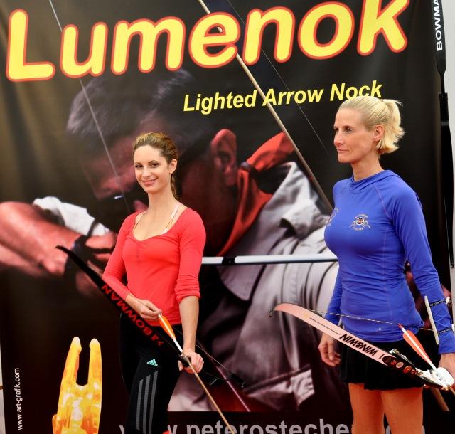 Bayern Bow Landshut Impressionen: Bayern-Bow Landshut 2015 Bogensport, Jagd, Fisch & Natur, Champion Mag. Natascha Stiefsohn & Model Lany Ann, Foto Herwig Art, 2015.