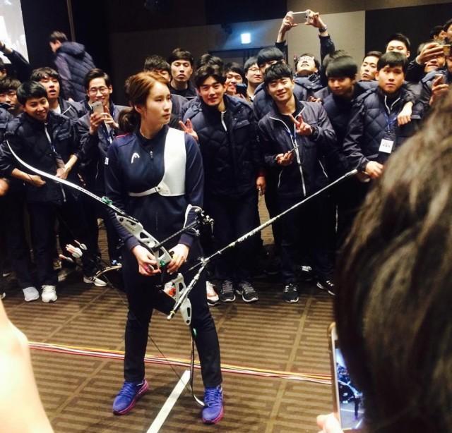 Ki Bo Bae entertains Hyundai employees with a trick shot.