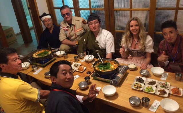Model Michaela Wolf und Bowman Peter O. Stecher mit den Repräsentanten aus Bhutan und Japan in Yecheon Korea